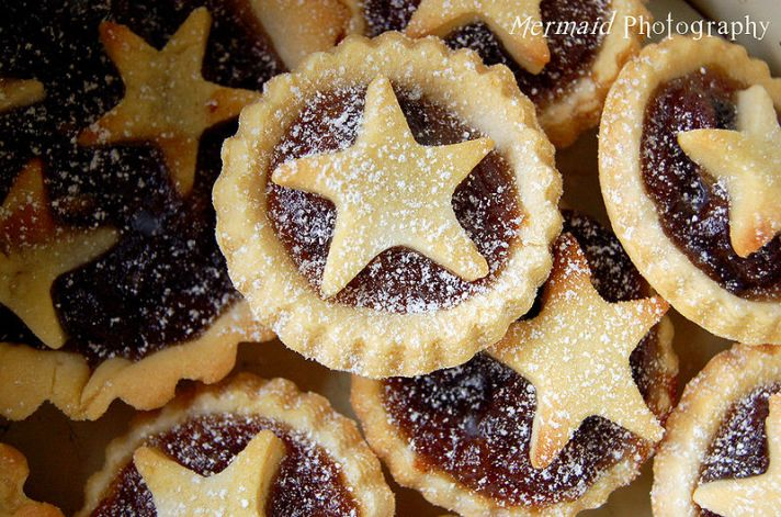 800px-Many_mince_pies_with_star_decoration_dusted_with_confectioner's_sugar